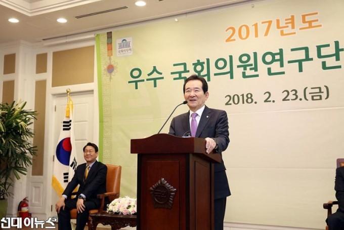 우수국회의원연구단체 시상식(2).JPG