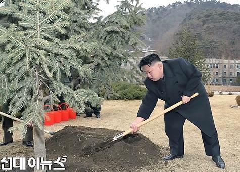 [식수]김정은-전략로켓 사령부.jpg