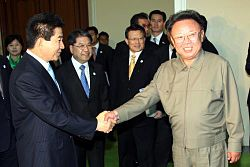 2007년 남북정상회담. 악수하는 두 정상.jpg