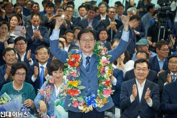 20180614-01-김경수 당선인 꽃 목걸이.jpg