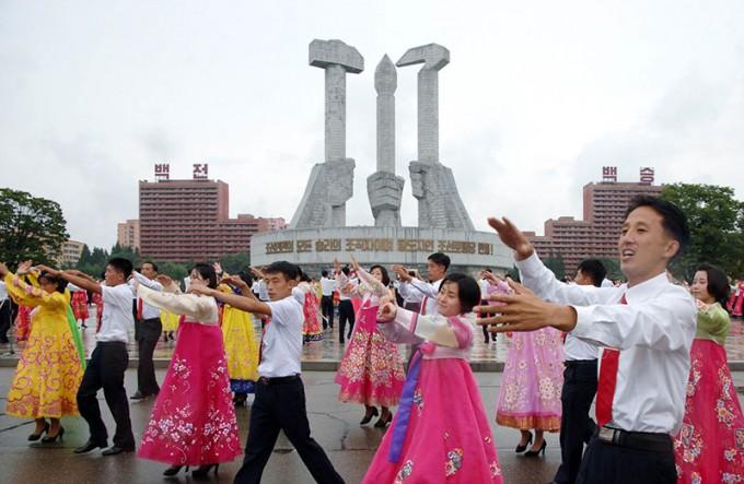 2017년-북한-청년절-축하-청년·학생들의-무도회.jpg