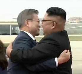 2018년-9월-18일-평양-순안공항-문재인-대통령과-김정은-위원장.jpg