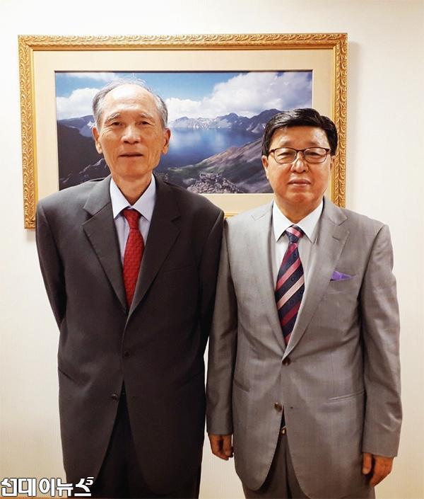 경남대학교-서울-총장실-박재규-총장님과-필자.-2018.10.4.jpg