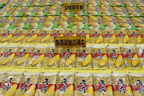 평양강냉이가공공장이 생산하는 제품들. [사진출처-조선의 오늘].jpg
