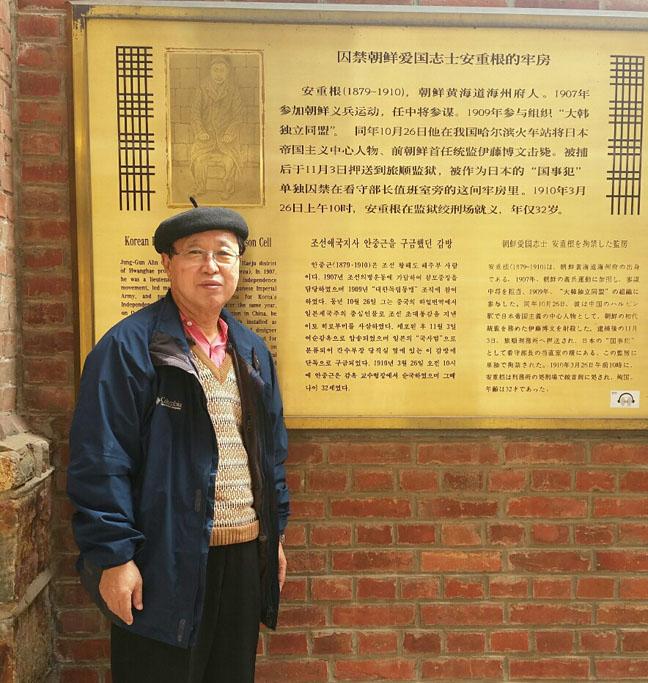 중국-다렌-뤼순감옥-안중근-의사를-구금했던-감방-앞에서-필자.jpg