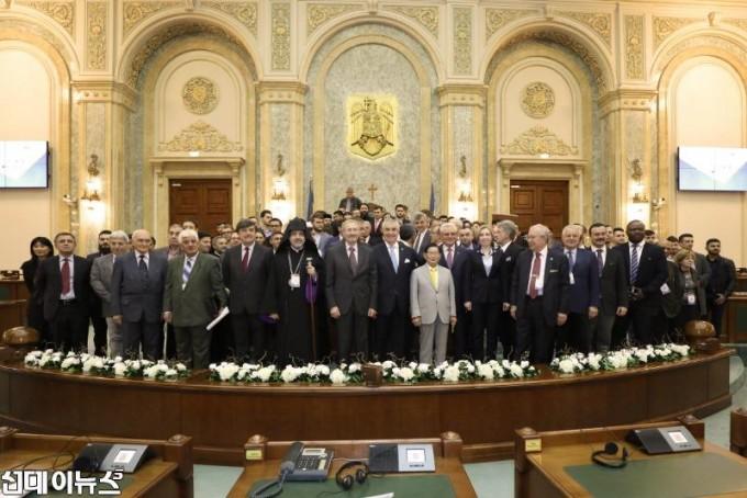1일_루마니아_국회의사당에서_열린_평화포럼_
