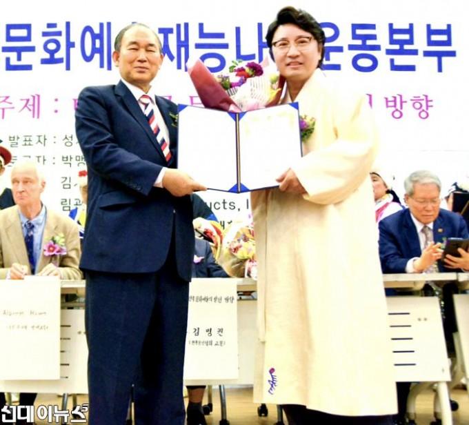 (오른쪽)한한국-이사장이-(왼쪽)성태진-조직위원장으로부터-대한민국을-빛낸-자랑스런-재능나눔-봉사인대상(문화예술부문)을-수상하고-있다(사~.jpg