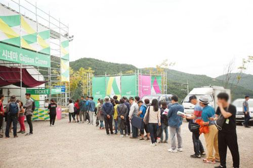 제4회-울주세계산악영화제(2019년)-長蛇陣을-이룬-상영관-입구.jpg