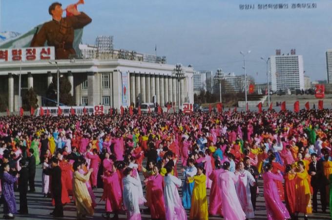 북한-월간-조선-광명성절-평양시-청년학생들의-경축무도회.jpg