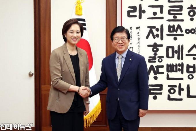 박병석-국회의장,-유은혜-사회부총리-예방-받아-001.jpg