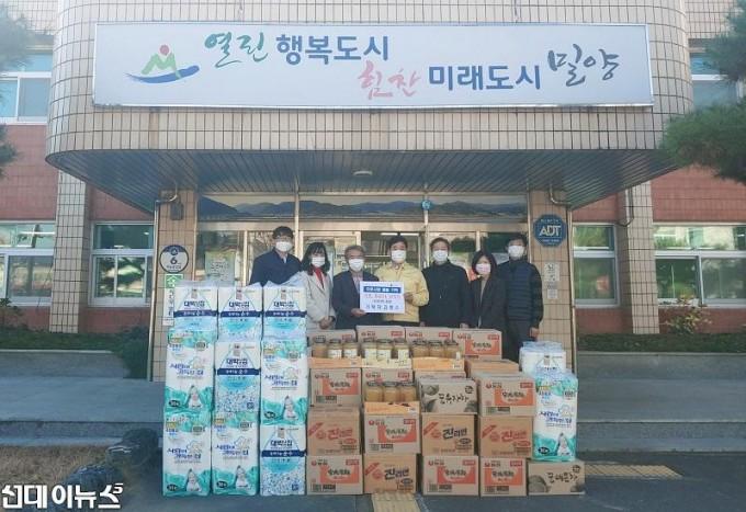 김병수 삼랑진읍 율곡경로당 회장, 경로당 물품 기탁.jpg