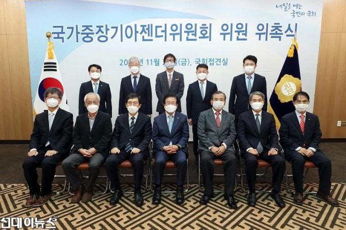 국가중장기아젠더위원회 위원 위촉장 수여식 4444.jpg