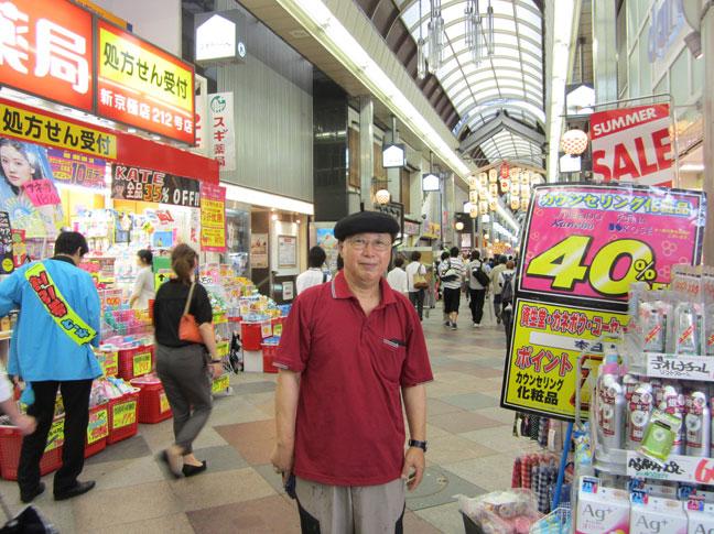 일본-한국-아이돌-상품-파는-일본-교토-재래시장에서-필자.jpg