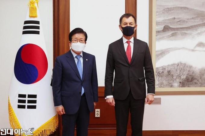 [보도자료]-박병석-국회의장,-구스타프-슬라메츠카-주한체코대사-예방-받아1.jpg