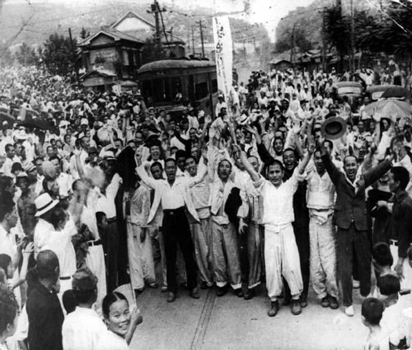 광복절-서대문형무소에서-출옥된-독립투사들과-서울시민들-1945.8.15.jpg