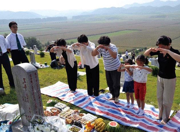 북한-추석--성묘의-모습--[출처]북한-월간-조선.jpg