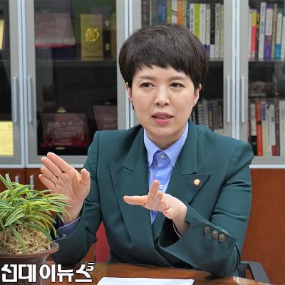 인터뷰하는김은혜_(1)111.png