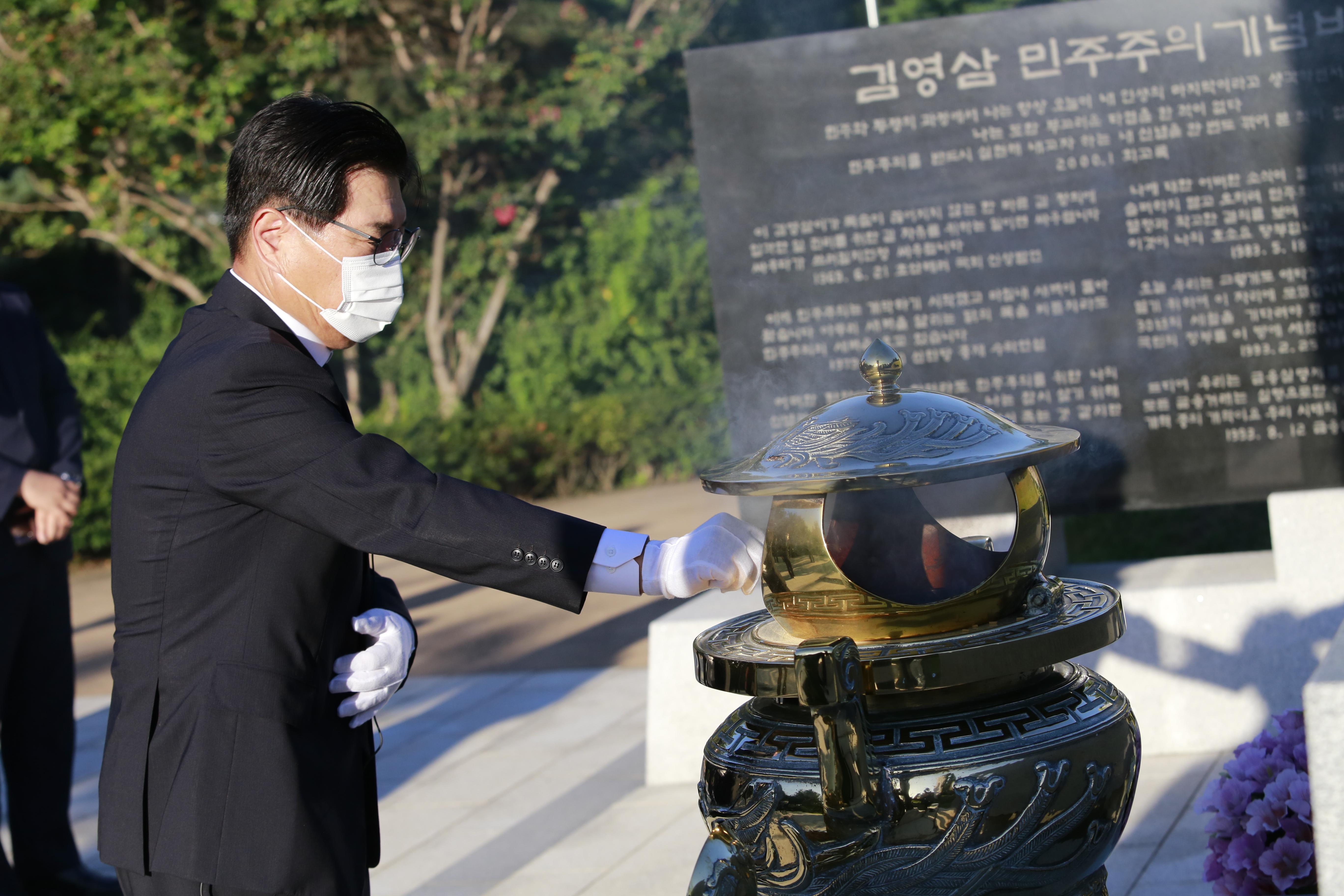 친박신당 홍문종 대표, 동작구 국립현충원  4분의 전직 대통령들 묘소 참배