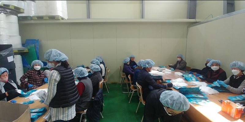밀양시청 공로연수자, 마스크 생산업체에 봉사활동