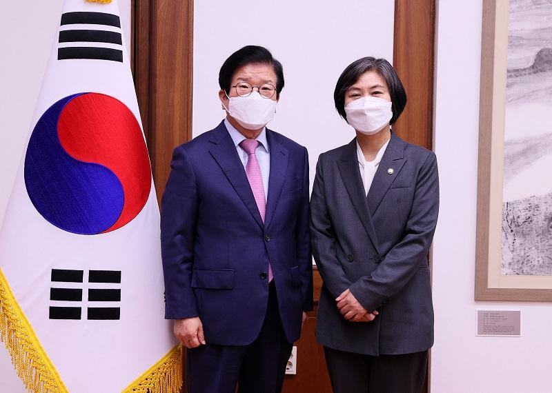 """박병석 국회의장, """"앞으로 거대 양당이 하지 못하는 일을 열린민주당이 해주길"""""""